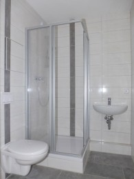 Frisch renoviert mit modernem Duschbad